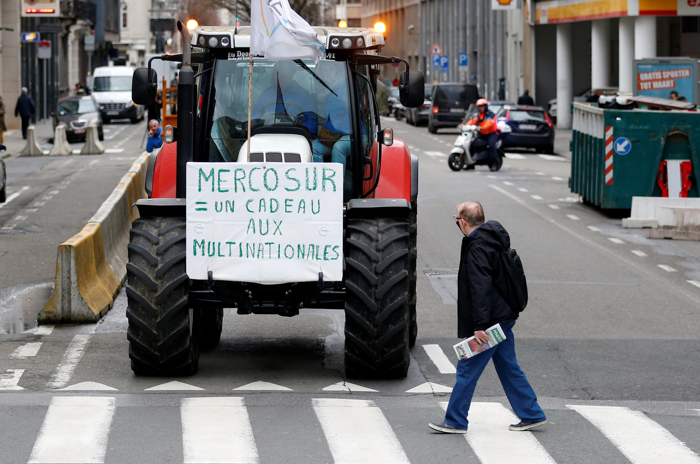 """""""Mercosur = un regalo para las multinacionales"""" lee la pancarta durante una protesta de agricultores en Bruselas con motivo de la reunión entre ministros de agricultura de la Unión Europea, el 29 de enero de 2018."""