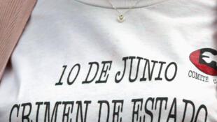Protesta en Ciudad de México el 23 de febrero de 2005, después de que la Suprema Corte de Justicia considerara prescritos los cargos de genocidio contra el expresidente Luis Echeverría (1970-1976) por la masacre de estudiantes el 10 de junio de 1971