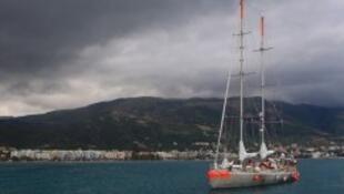Tara fait son entrée dans le port de Vlora, Albanie, 15 juillet 2014.