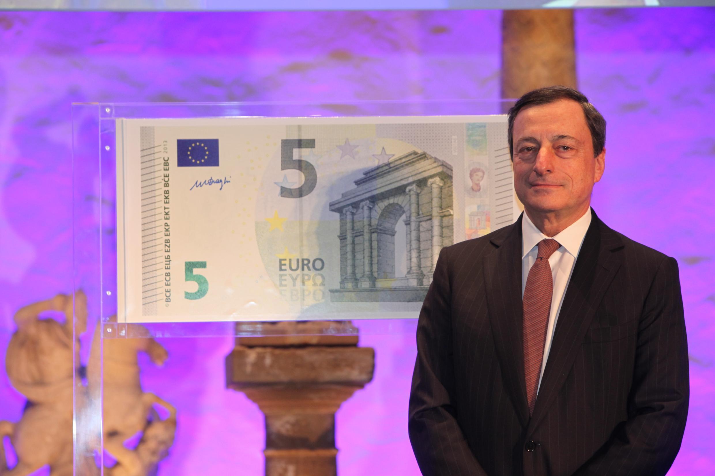 El presidente del Banco Central Europeo, Mario Draghi, ante el nuevo billete de cinco euros.