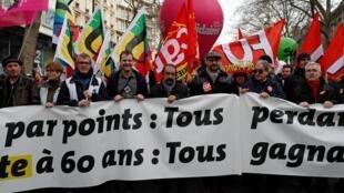 Le leader syndical de la CGT, Philippe Martinez (4e à partir de la droite), dans le cortège contre la réforme des retraites du gouvernement, à Paris, le 11 janvier 2020.