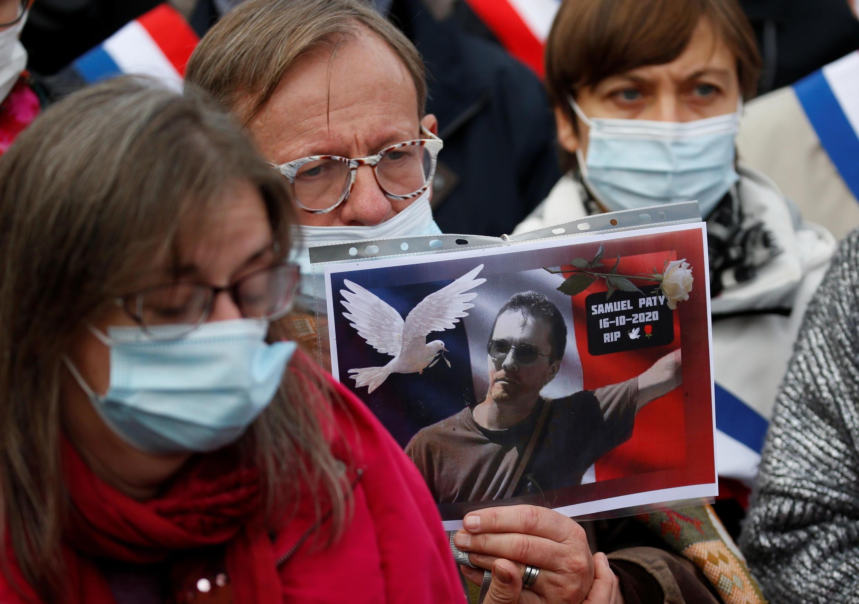 18日,法国各地都有悼念帕蒂老师遇害的游行,图为巴黎民众举着帕蒂图片游行的场面。