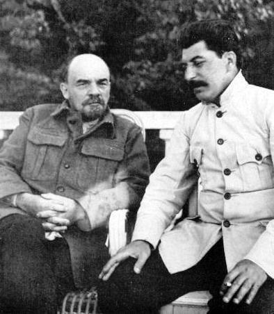 Lãnh tụ cộng sản Nga Lênin (T) và J. Staline tại Gorki, tháng 09/1922.