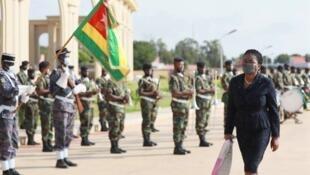 La Première ministre togolaise Victoire Sidémèho Tomégah-Dogbé recevant les honneurs à son arrivée à l'Assemblée nationale à Lomé, le vendredi 2 septembre 2020.