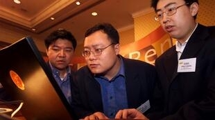 Ảnh minh họa: Các chuyên gia Trung Quốc trong một cuộc triển lãm công nghệ quốc tế tại Hồng Kông 6/2000.