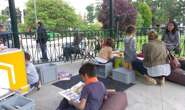 Autour de l'« Ideas box », square Villemin, à Paris, les enfants côtoient les refugiés : « une mixité que l'on voit rarement en France », souligne Jérémy Lachal, le directeur de Bibliothèques sans Frontières (BSF).