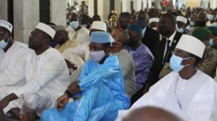 El presidente interino Assimi Goita (vestido de azul) participa en las oraciones por la fiesta del Eid al Adha en la gran mezquita de Bamako, poco antes del ataque con cuchillo, el 20 de julio de 2020 en la capital de Malí