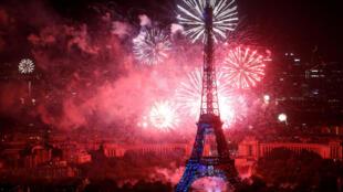 2018年法国国庆日烟花之下的埃菲尔铁塔