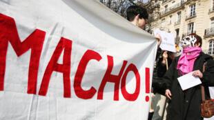 Des membres du mouvement féministe français, Chiennes de garde, manifestent le 6 mars 2009 à Paris.