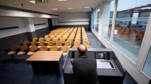 O professor universitário de Química Luca De Gioia grava sua aula em uma sala de aula vazia para transmiti-la online para seus alunos da Universidade Bicocca em Milão, Itália.