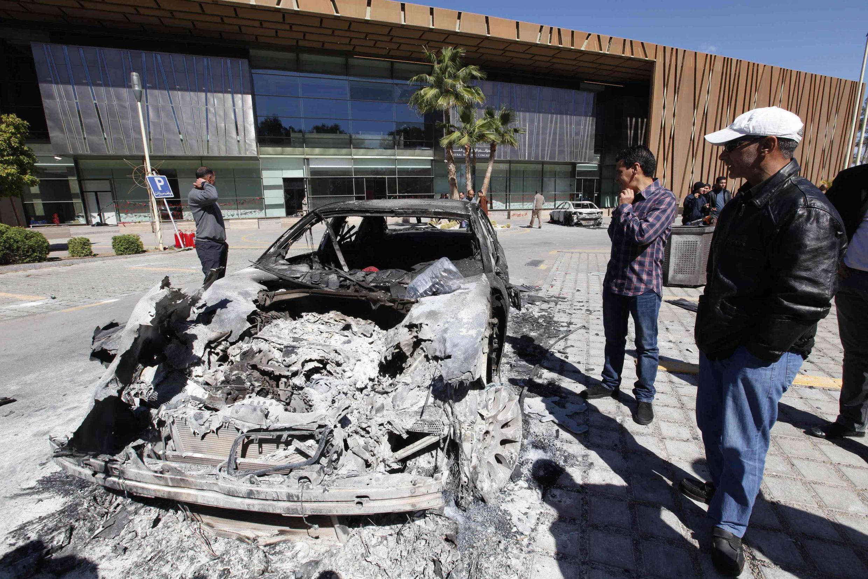 Restos calcinados de un auto, incendiado frente al Congreso General Nacional durante protestas en Trípoli el domingo 2 de marzo de 2014.
