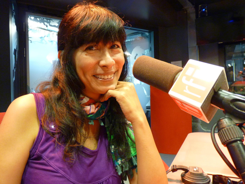 Miryam Quiñones en los estudios de Radio Francia Internacional
