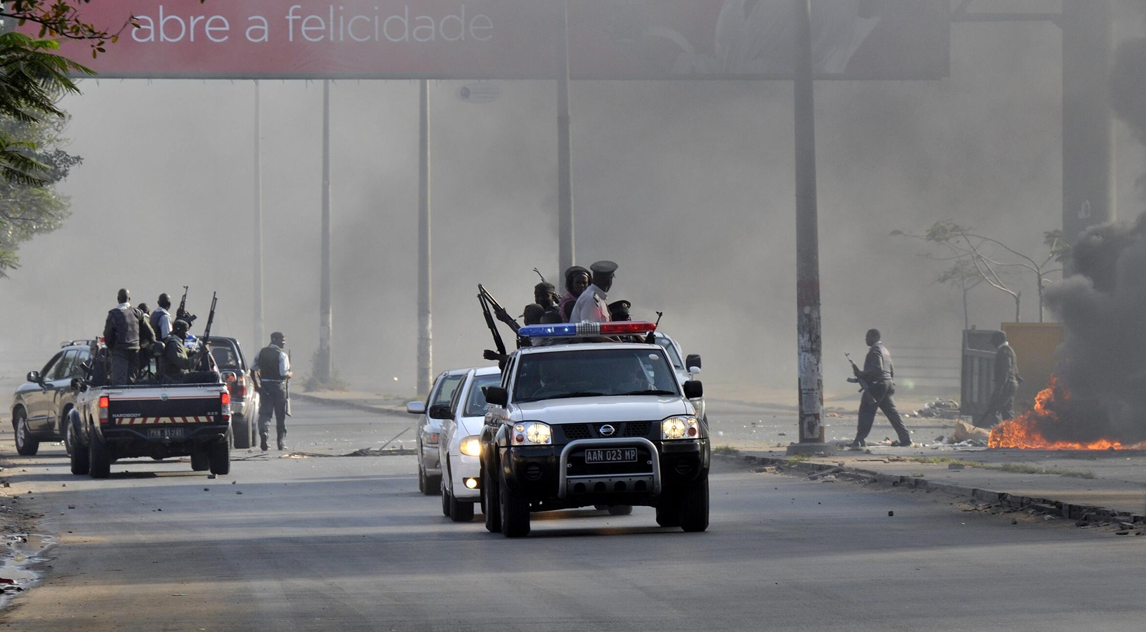 La police mozambicaine patrouille lors des émeutes à Maputo, la capitale, le 1er septembre 2010.