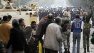 Confrontation entre l'armée et les manifestants dans les rues du Caire, le 29 janvier 2011.