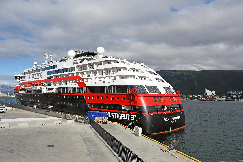 O navio MS Roald Amundsen, da companhia norueguesa Hurtigruten Line, ancorado no porto de Tromso, após o diagnóstico de um surto de Covid-19 a bordo.