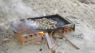 Des noix de cajou grillées de manière traditionnelle.