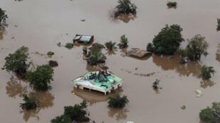 خبرگزاری فرانسه مینویسد که برخی بازماندگان این طوفان شدید که «آیدا» لقب گرفته در حال حاضر بر روی بامهای خانهها شان و یا بر روی درختان منتظر کمک هستند. تعدادی از بازماندگان این طوفان نیز گفتهاند تا هنوز کسی به آنها کمک نرسانده است.