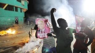 Les partisants de Michel Martelly manifestent leur colère, après l'éviction de leur candidat, le 07 décembre 2010.