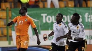Emmanuel Eboue (g) lors de la rencontre contre l'Angola, le 30 janvier 2011.