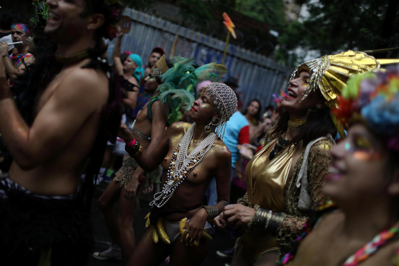 Des habitants de Rio célèbrent le carnaval lors de la fête de quartier Ceu na Terra, le 2 mars.
