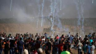 Les soldats israéliens postés sur la barrière de sécurité lancent des gaz lacrymogènes sur les manifestants gazaouis, ce vendredi 17 août 2018.