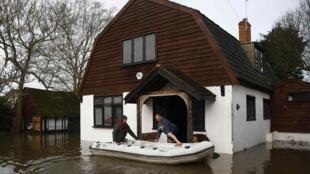 Morador de Wraysbury, no sul da Inglaterra, é resgatado por equipes de socorro.
