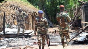 (Image d'archive) Les forces armées ivoiriennes, déployées le long de la frontière avec le Liberia, patrouille dans un village détruit.