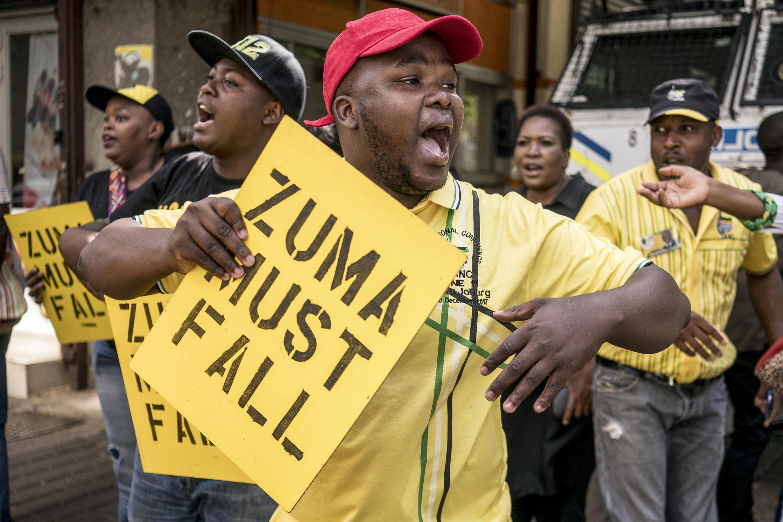 Des membres de l'ANC devant le quartier général du parti, à Johannesburg, pour réclamer le départ du président Jacob Zuma, ce lundi 5 février 2018.