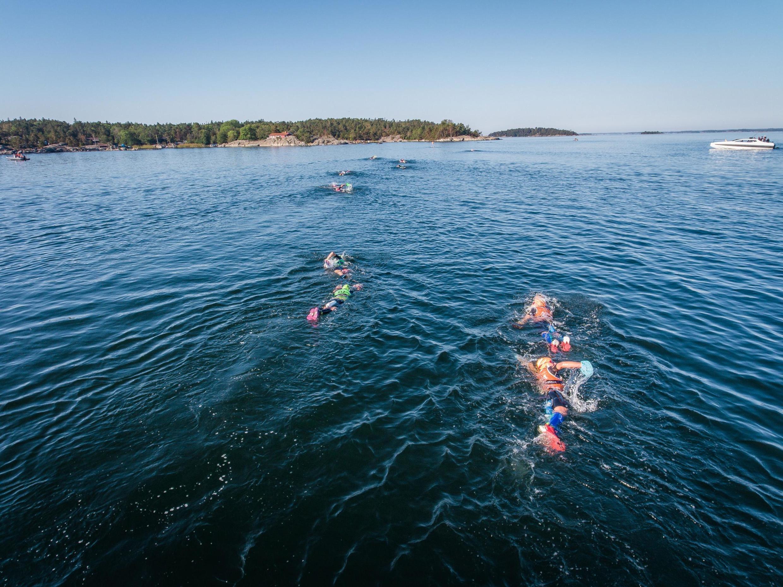 o SwimRun sueco envolve múltiplas transições entre a natação em águas abertas e a corrida em trilhas que são verdadeiras corridas de obstáculos.