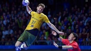 O brasileiro Haniel Langaro num ataque contra o Japão no Campeonato do Mundo Masculino de Handebol.