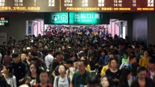中国黄金周结束,南京火车站出口处返回的乘客 2018年10月7日