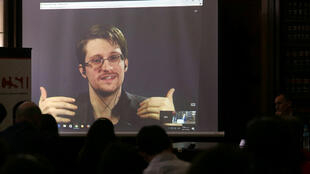 Edward Snowden در یک کنفرانس تصویری با دانشجویان دانشکده حقوق بوئنوس آیرس از مسکو. ۱٤ نوامبر ٢٠١۶