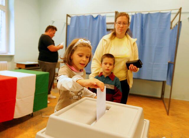 Os húngaros comparecem às urnas neste domingo para um referendo com ares de plebiscito sobre a política migratória do primeiro-ministro Viktor Orban.