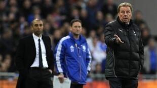 Kocha wa Tottenham Harry Redknap akimlalamikia mwamuzi wa mchezo baada ya kuwazawadia Chelsea goli lenye utata
