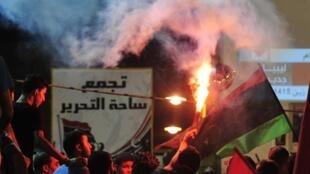 Waasi jijini Benghazi wakisherehekea kuyateka kwa makaazi ya Kanali Gaddafi.