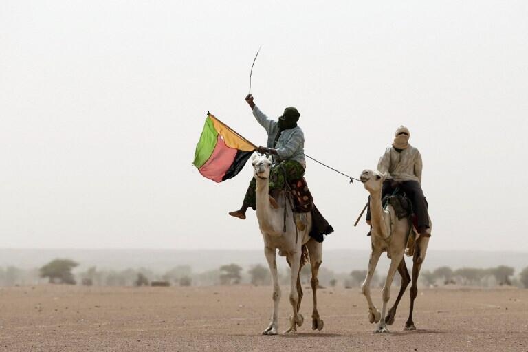 Dans la région de Kidal, des Touaregs brandissant le drapeau de l'Azawad, le 28 juillet 2013.
