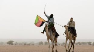Dans la région de Kidal, des Touaregs manifestent en marge du scrutin en brandissant le drapeau de l'Azawad.