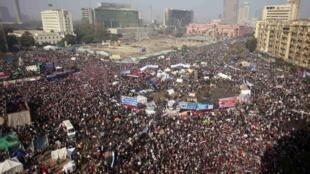 Manifestantes egípcios ocupam a Praça Tahrir, no Cairo, para celebrar um ano da insurgência popular que destituiu o regime de Hosni Mubarak.