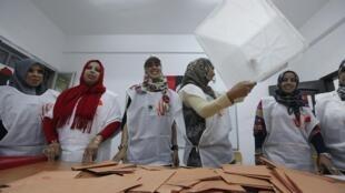 Mulheres começam contagem de votos em Trípoli.