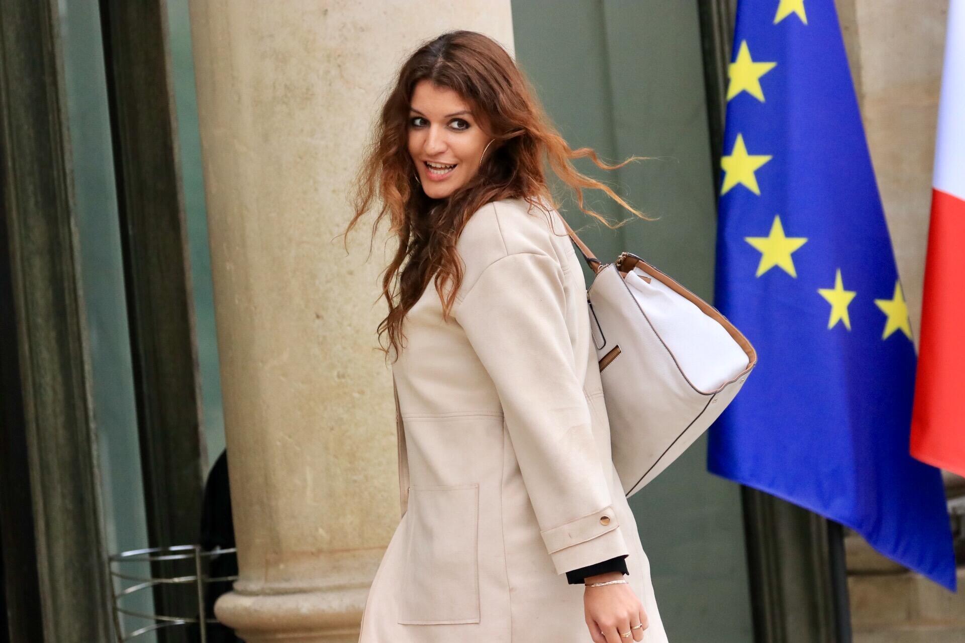 Thay đổi trang phục của thành viên chính phủ cũng được coi là một dấu hiệu nữ quyền. Trong ảnh, bộ trưởng Marlène Schiappa, phụ trách Bình đẳng nam nữ, trước cửa phủ tổng thống.