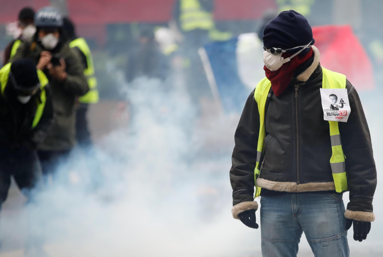 Французские парламентарии запретят манифестантам прятать лицо.