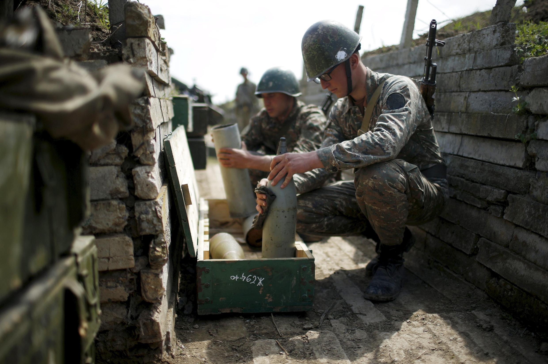 Солдаты неподалеку от города Мартуни в Нагорном Карабахе, 7 апреля 2016.
