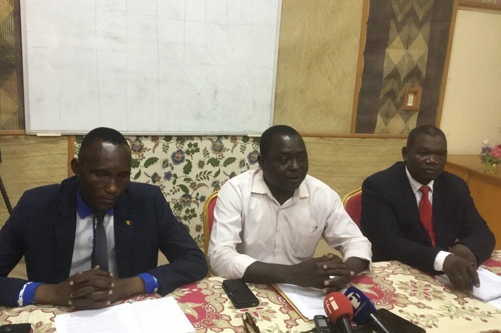 Max Loalngar (au centre), leader de la coordination des actions citoyennes de Wakit Tamma, Barka Michel et Citak Yombatinan, en conférence de presse le 8 juin, à Ndjamena.