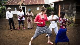 Laurence Ficher donnant des cours de Karaté à une jeune congolaise.
