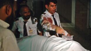 Cơ trưởng và phi hành đoàn tham gia vào việc đưa người bị thương vào bệnh viện Peshawar.- REUTERS /Khuram Parvez
