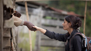 Un agent des droits de l'Homme de la MONUSCO tend sa main à un prisonnier en signe d'encouragement au cours d'une mission d'investigation à Karuba, au  Nord Kivu. (Photo d'illustration)