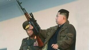 Imagem não datada de Kim Jong-Un manipulando uma arma exibida em um documentário da tevê estaal norte-coreana neste domingo, 8 de janeiro.