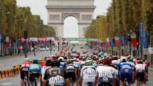 Велогонка «Тур де Франс» по традиции завершилась на Елисейских полях
