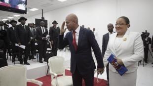En Haïti, Michel Martelly a officiellement quitté son poste de chef d'Etat, ici accompagné de sa femme Sophia, au Parlement, à Port-au-Prince, le 7 février 2016.