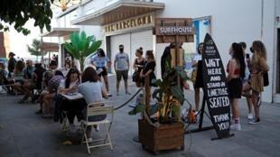 clientes em bar de Barcelona, em julho deste ano